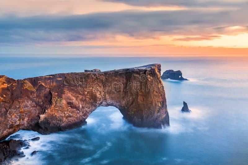 Dyrholaey在日落的岩层 库存图片
