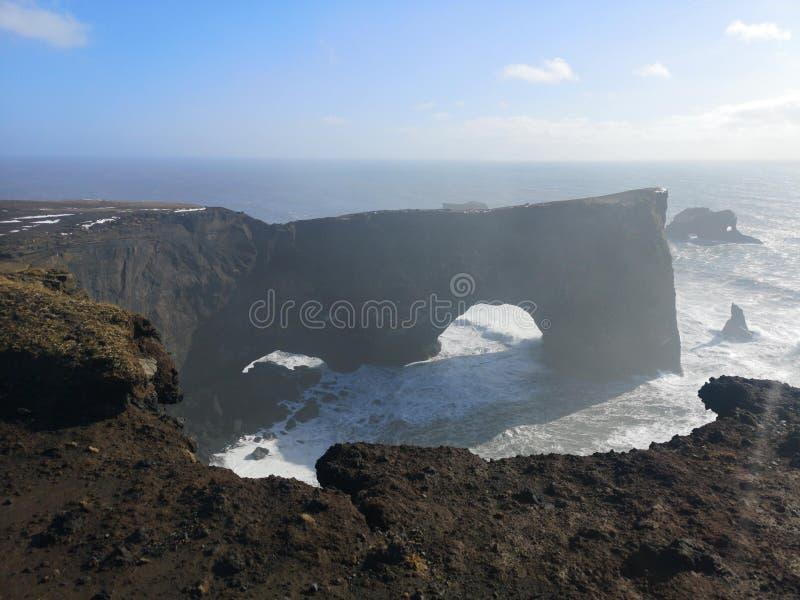 Η αψίδα χερσονήσων Dyrholaey που βρίσκεται στην Ισλανδία στοκ εικόνες