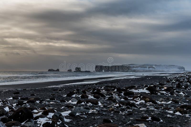 Dyrholaey и пляж отработанной формовочной смеси, Исландия стоковые изображения rf
