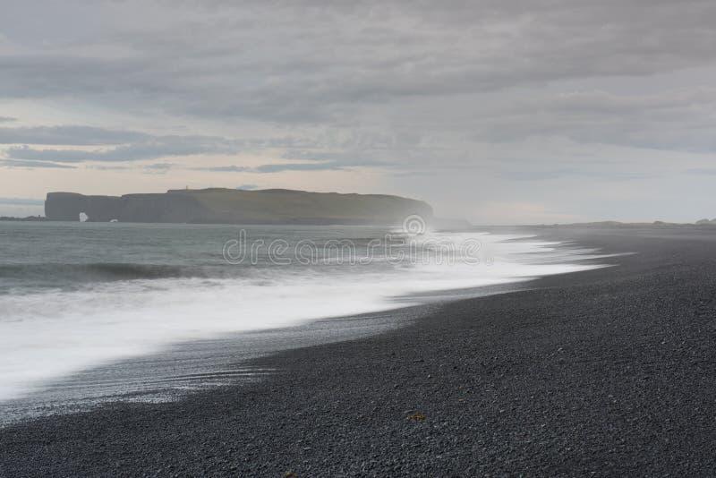 Dyrholaey, пляж отработанной формовочной смеси, Исландия Reynisfjara стоковые фото