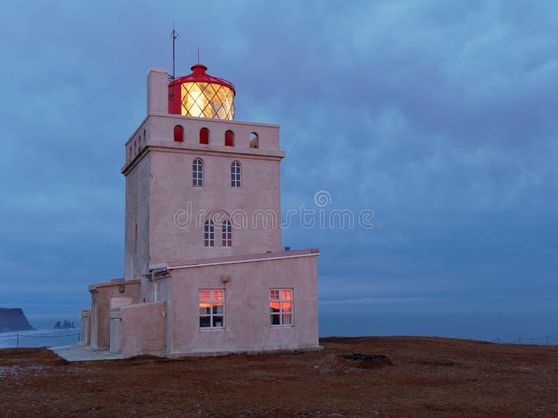 Dyrholaey do kap da torre clara na noite foto de stock royalty free