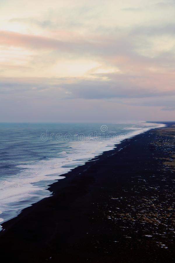 Dyrholaey synvinkel i Island i vinter arkivbild