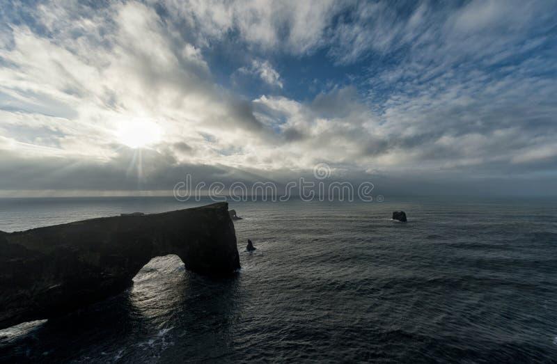 Dyrholaey teren w Iceland Blisko do Czarnej piasek plaży Wschód słońca sunlight Ocean skały i woda zdjęcie royalty free