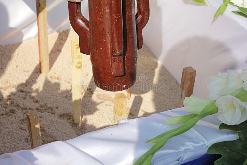 Dyrkanförberedelse för första pelarinstallation av fundamentceremoni royaltyfria foton