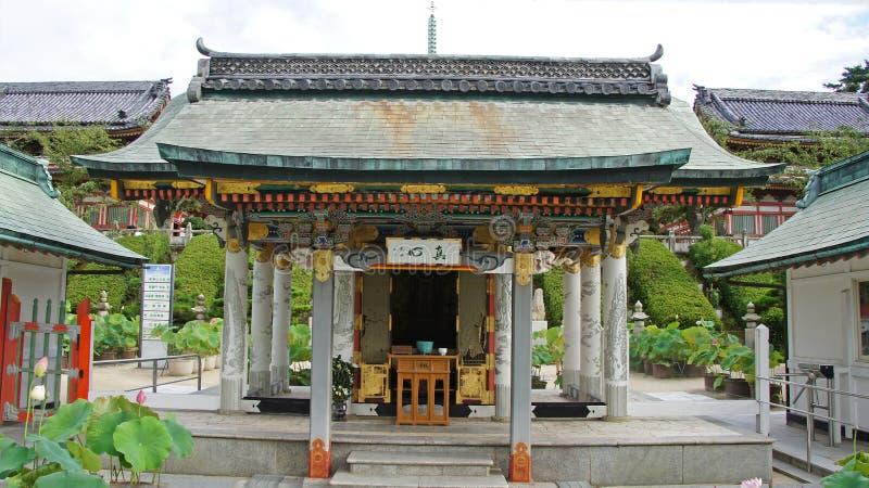 Dyrkankorridor av Kosanji Temple i Japan royaltyfri bild