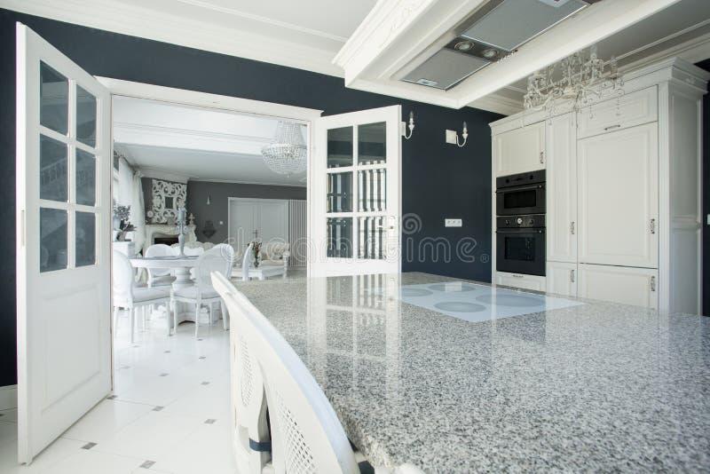 Dyrt kök med marmorworktop arkivfoto