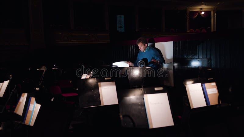 Dyrygent w orkiestry jamie Studiuje Szkotową muzykę obrazy stock