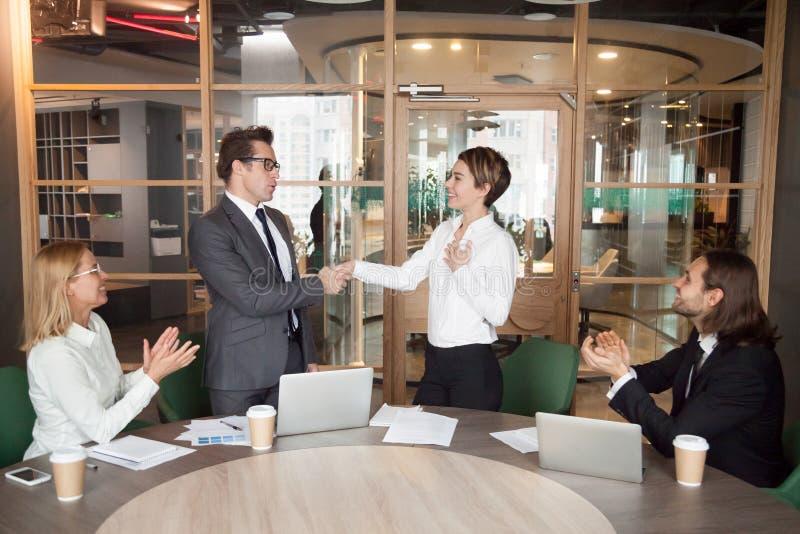 Dyryguje promować zadowolonego bizneswomanu pokazuje resp lub przedstawiać obrazy stock