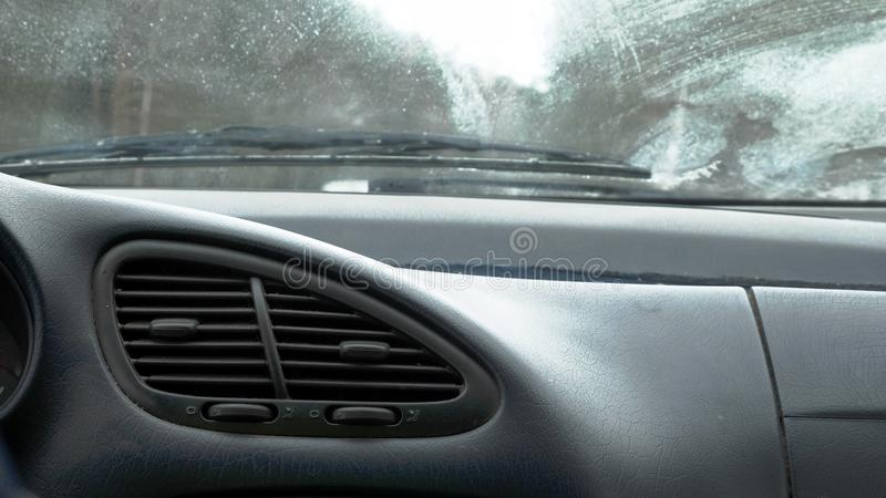 Dysa för lufthål för Closeupsiktsluft på bilinstrumentbrädan, medan köra royaltyfri bild