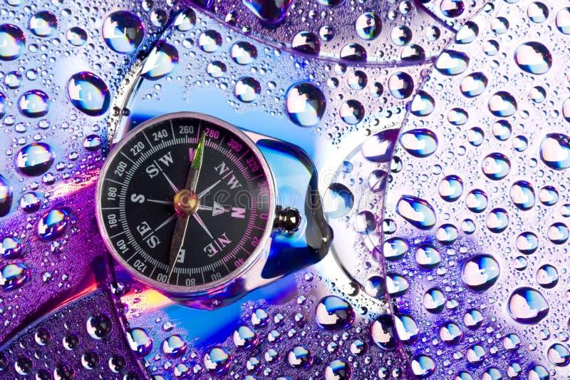 Download Dysk i wody krople obraz stock. Obraz złożonej z jaskrawy - 13334773