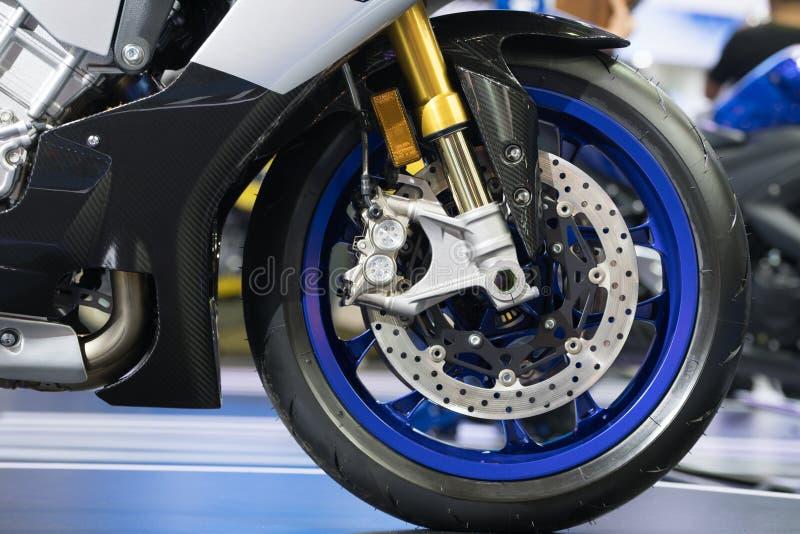 Dyska hamulec nowożytnego motocyklu frontowy koło fotografia stock
