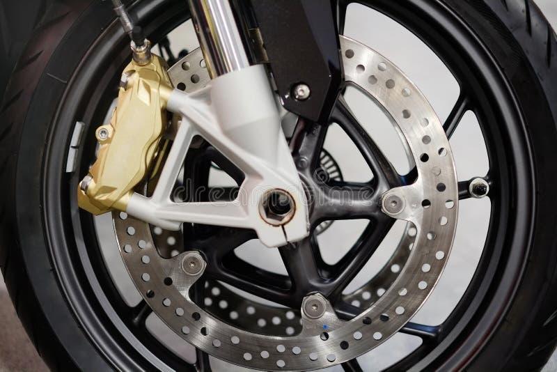 Dyska hamulec z koła centrum na motocyklu Zamyka w górę frontowego dyska hamulca na motocyklu Motocyklu utrzymania i fotografia royalty free