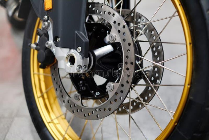 Dyska hamulec z koła centrum na motocyklu Zamyka w górę frontowego dyska hamulca na motocyklu Motocyklu utrzymania i zdjęcie royalty free