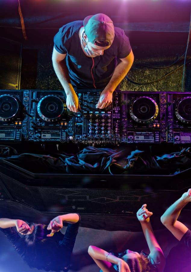 Dyskdżokej miesza elektroniczną muzykę w klubie obraz royalty free
