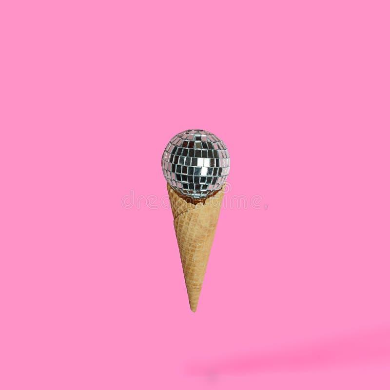 Dyskoteka balowy lody na jaskrawym pastelowych menchii tle Minimalny Partyjny pojęcie zdjęcie royalty free