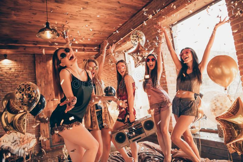 Dyskoteka sen discotheque relaksuje wydarzenie dnia wakacje dekoracji wakacyjnego pojęcie indoors Wiele pięć firm najlepszy kumpl obrazy stock