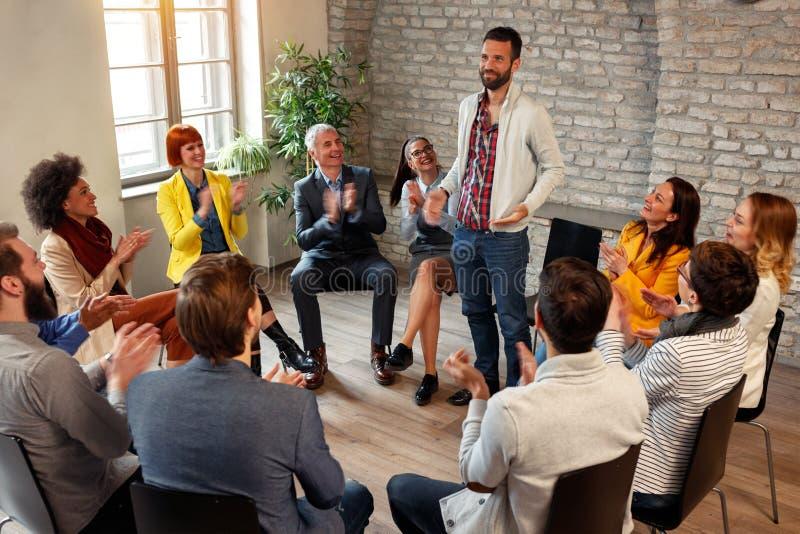 Dyskusi grupy biznesowi coworkers oklaskuje mężczyzna kolegów ja zdjęcie royalty free
