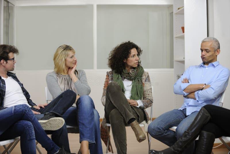dyskusi grupy terapia obraz royalty free