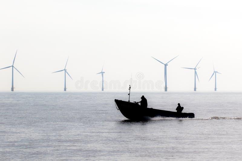 Dyskusyjna produkcja energii Farm wiatrowych turbin ochrona Łódź patrolowa podczas zielonej władzy demonstracji zdjęcia royalty free