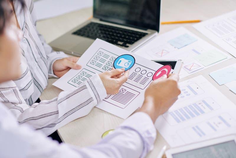 Dyskutować papierów znaki obrazy stock