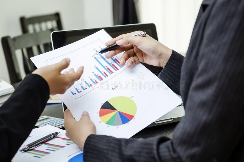 Dyskutować na biznesowej mapie obrazy stock