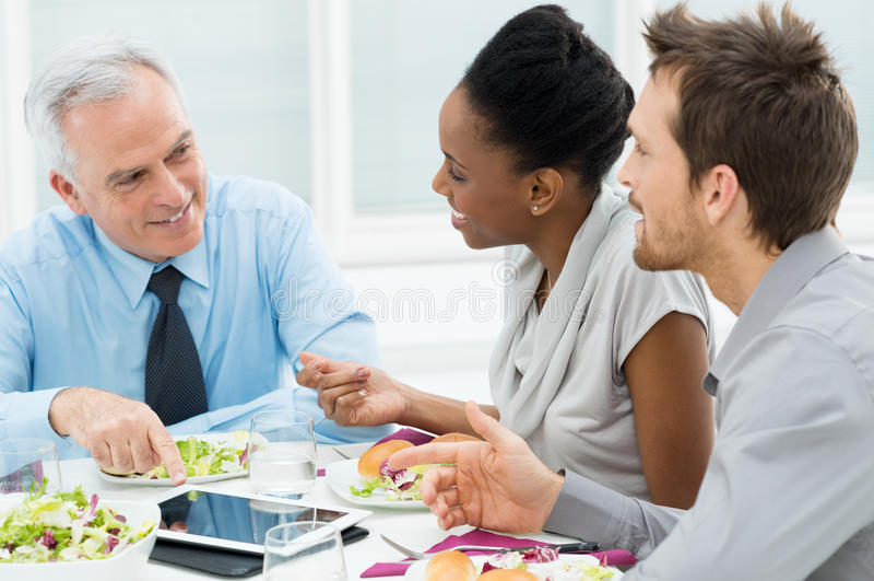 Dyskutować praca przy lunchem zdjęcie stock