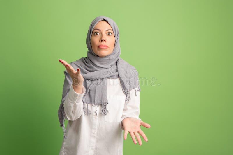 Dyskutuje, dyskutujący pojęcie arabska kobieta w hijab Portret dziewczyna, pozuje przy pracownianym tłem obrazy stock