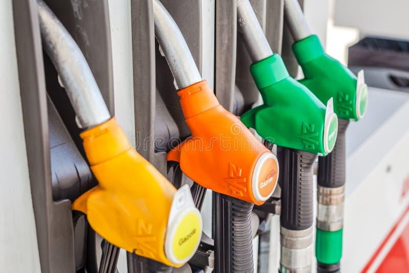 Dysor f?r bensinpump p? en station f?r gasservice royaltyfri fotografi