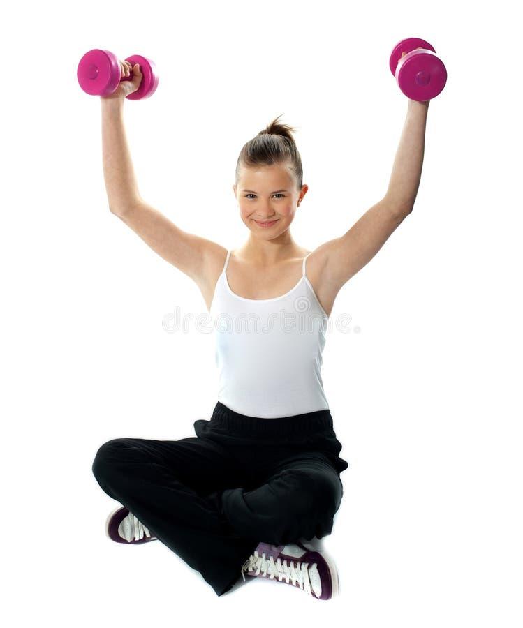 Dysponowana dziewczyna z dumbbells w sportswear fotografia stock