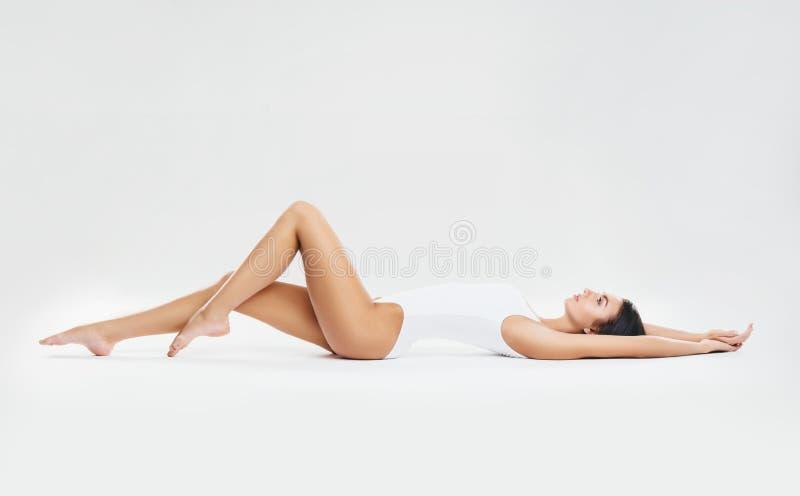 Dysponowana i sporty dziewczyna w białym swimsuit Sport, sprawność fizyczna, dieta, ciężar strata i opieki zdrowotnej pojęcie, zdjęcie royalty free