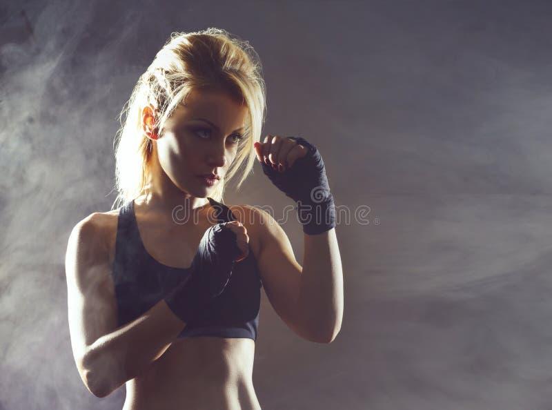Dysponowana i sporty młoda dziewczyna dostaje przygotowywający dla kickboxing trenować Podziemny gym Zdrowie, sport, sprawności f zdjęcie royalty free
