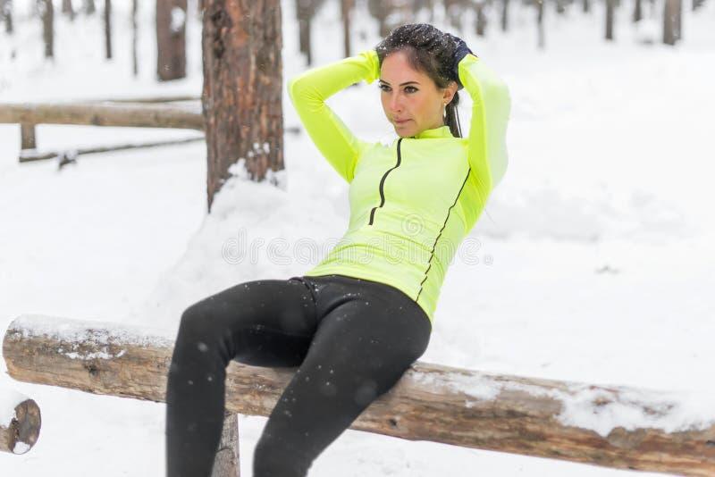 Dysponowana kobieta podnosi pracującego out na brzusznych mięśniach ćwiczy ulepszać sedno mięśnia siły przecinającego szkolenie r zdjęcie stock