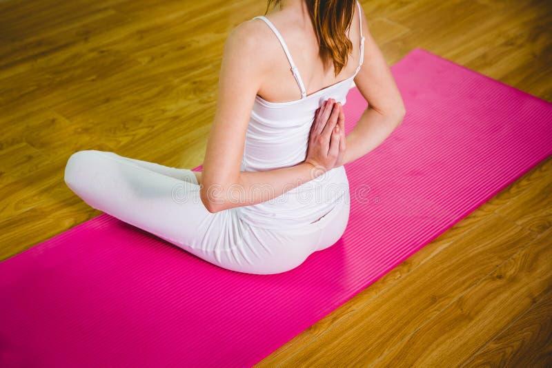 Dysponowana kobieta robi joga na macie fotografia stock