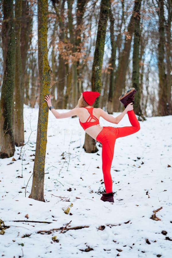 Dysponowana kobieta rozgrzewkowa w górę ranek zimy szkolenia zdjęcie royalty free