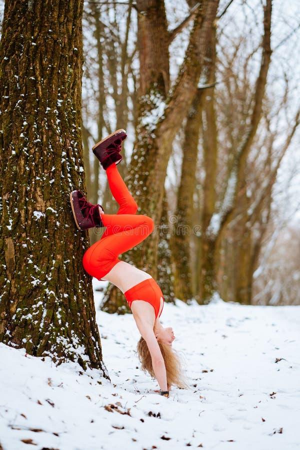 Dysponowana kobieta rozgrzewkowa w górę ranek zimy szkolenia zdjęcie stock