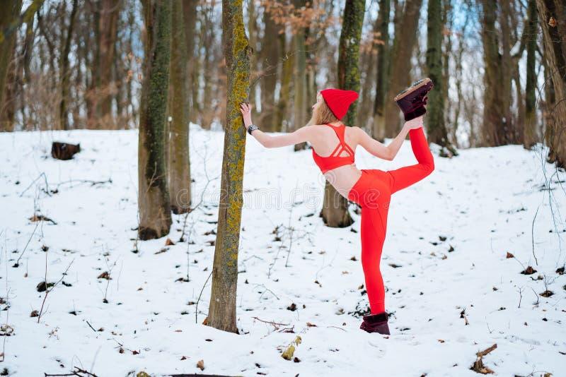 Dysponowana kobieta rozgrzewkowa w górę ranek zimy szkolenia zdjęcia royalty free