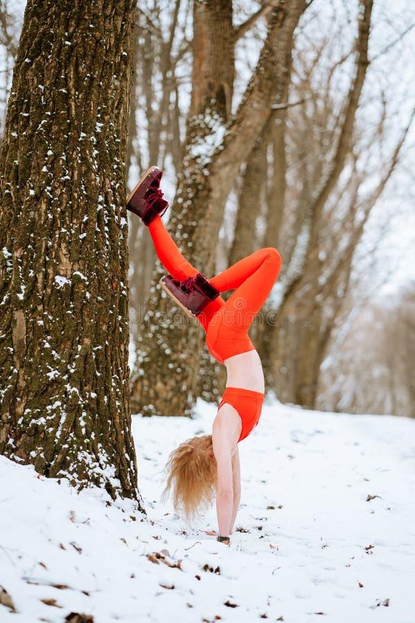 Dysponowana kobieta rozgrzewkowa w górę ranek zimy szkolenia obrazy stock