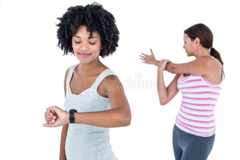 Dysponowana kobieta sprawdza czas na wristwatch obraz royalty free