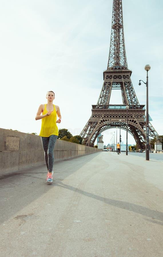 Dysponowana kobieta w sprawności fizycznej odziewa w Paryż, Francja jogging obrazy royalty free