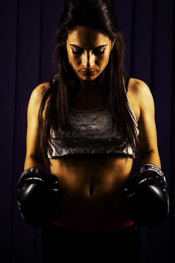 Dysponowana kobieta z bokserskimi rękawiczkami zdjęcia royalty free