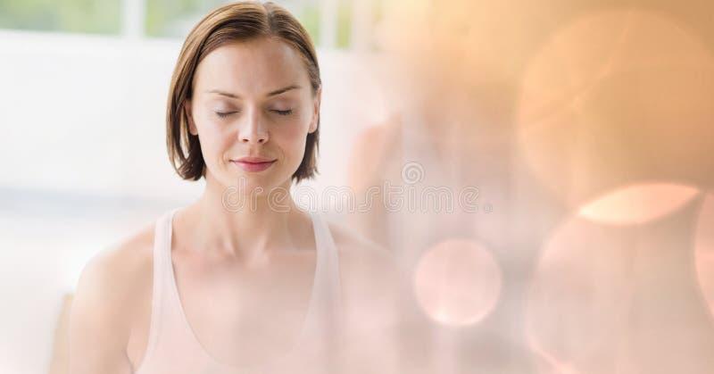 Dysponowana młoda kobieta z oczami zamykającymi w gym zdjęcie stock
