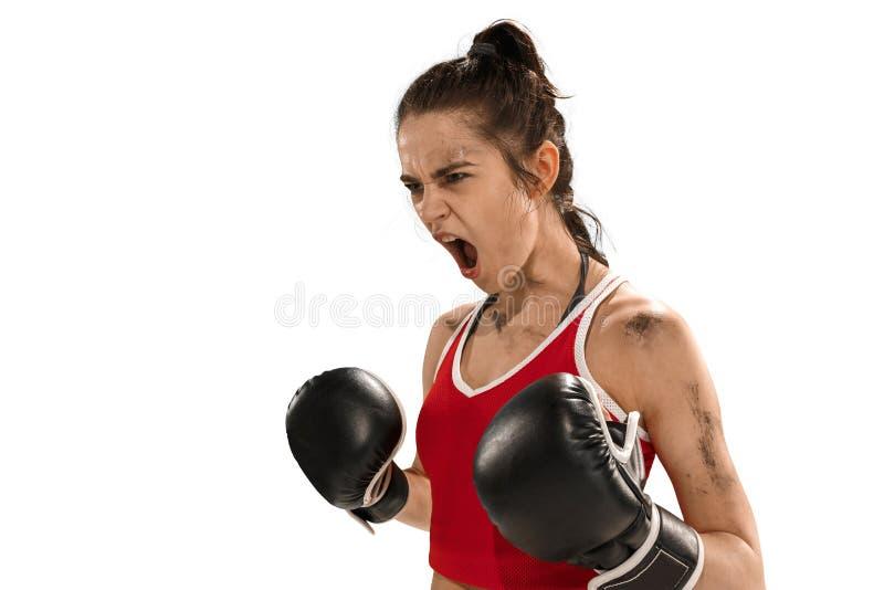 Dysponowana piękna kobieta z bokserskimi rękawiczkami odizolowywać na białym tle obrazy stock