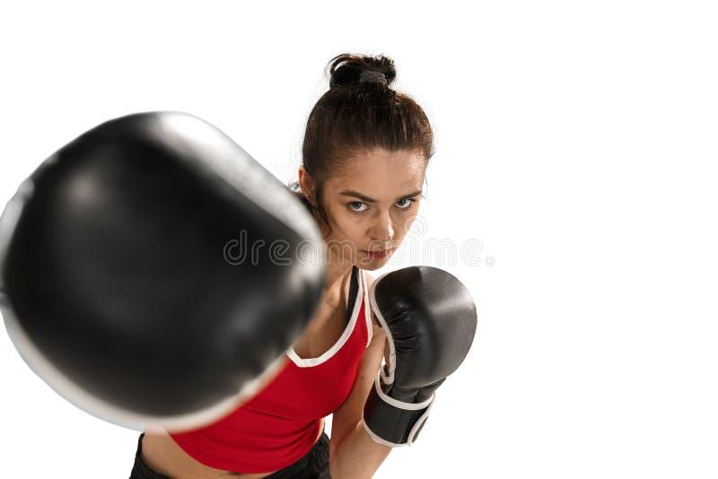 Dysponowana piękna kobieta z bokserskimi rękawiczkami odizolowywać na białym tle zdjęcie stock