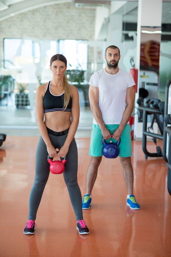 Dysponowani ludzie pracujący w sprawności fizycznej klasie przy gym out zdjęcia royalty free