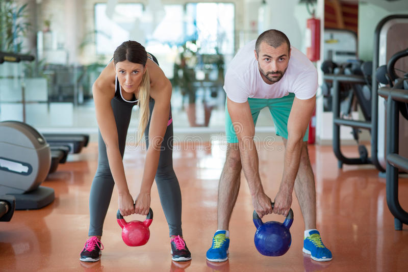 Dysponowani ludzie pracujący w sprawności fizycznej klasie przy gym out fotografia stock