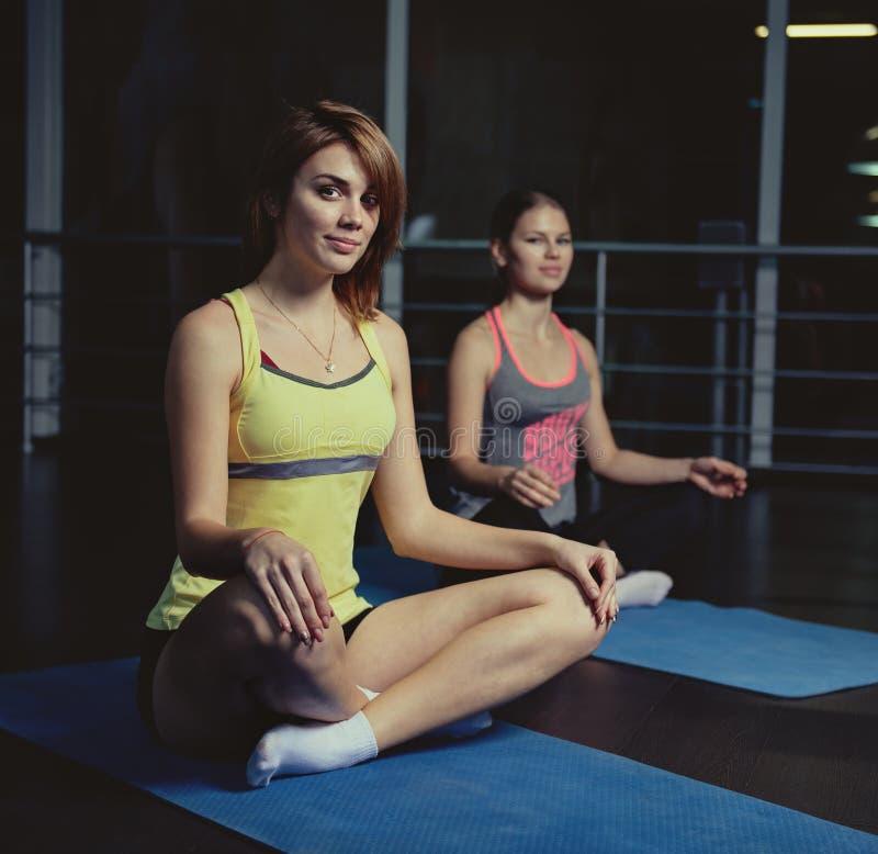 Dysponowani ludzie w gym fotografia stock