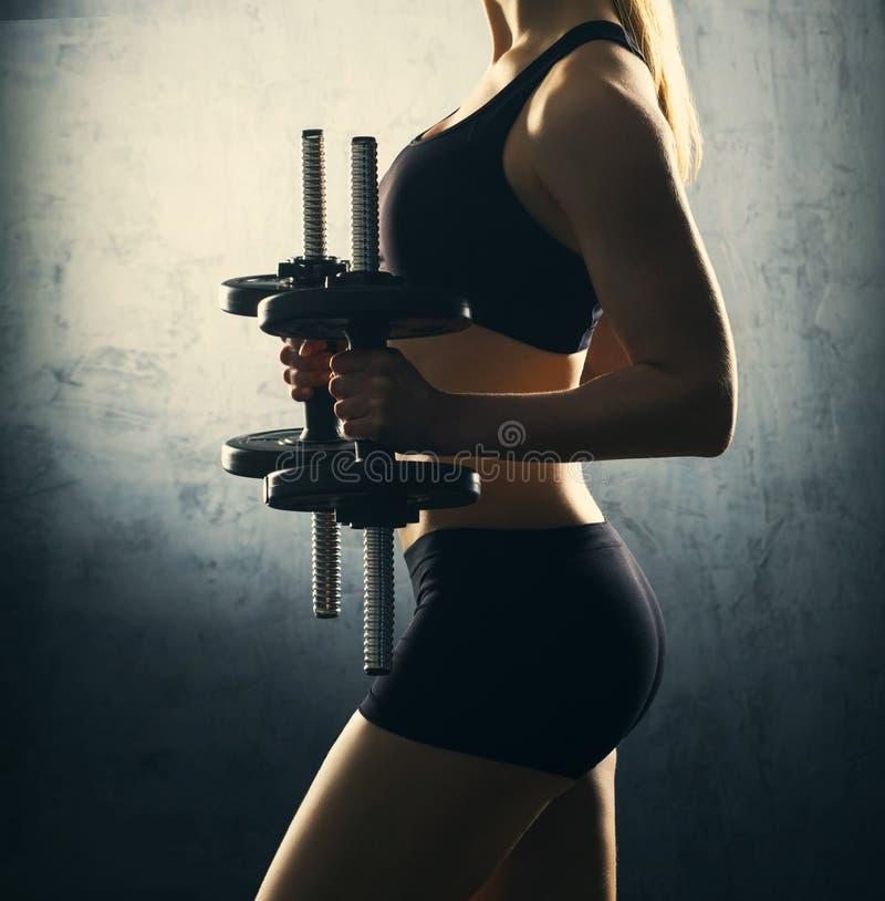 Dysponowany ciało piękna, zdrowa i sporty kobieta z, dumbbells obraz royalty free