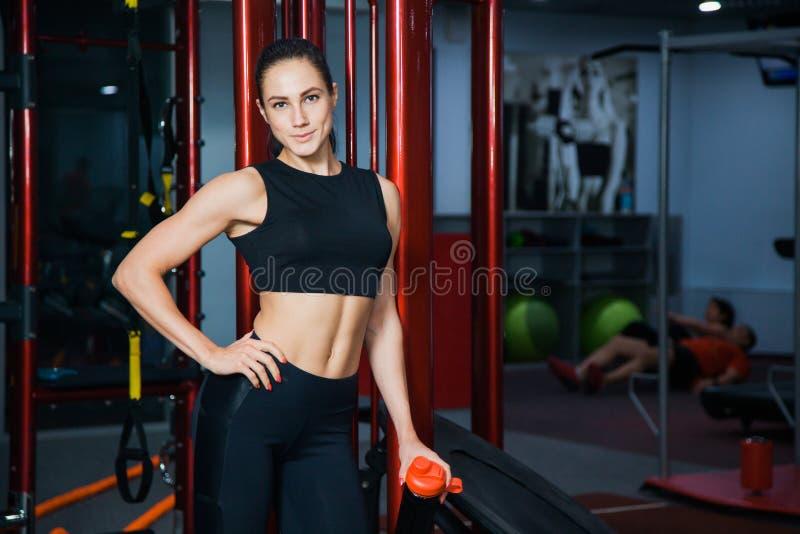 Dysponowany i zdrowy młody kobieta modela bodybuilder przy gym zdjęcia royalty free