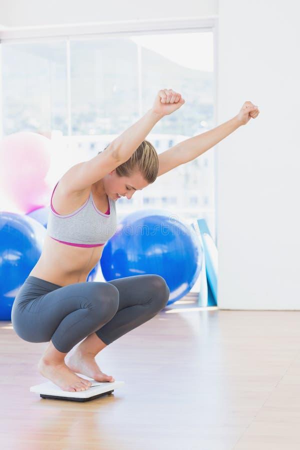 Dysponowany kobieta doping na skala w ćwiczenie pokoju obraz stock