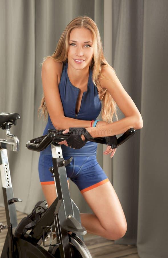 Dysponowany kobieta wiru bicykl Jim zdjęcia stock